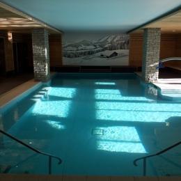 mur imprimé dans piscine